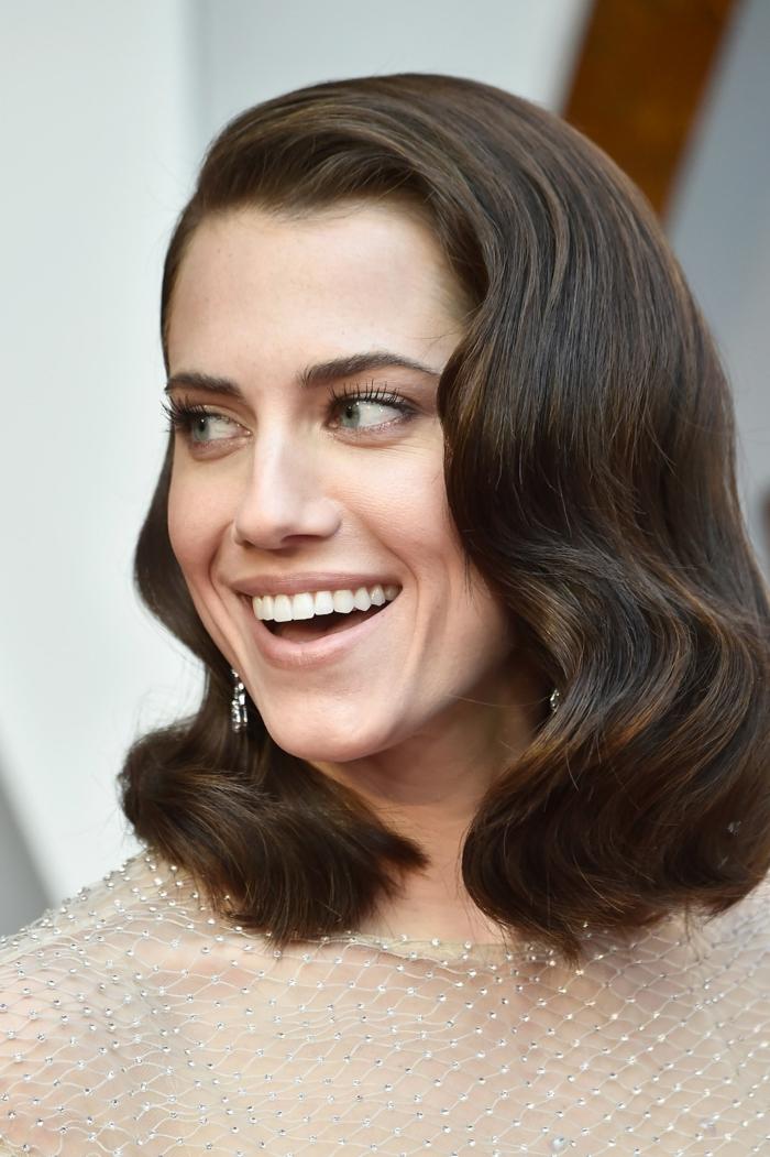 peinados con ondas pelo corto, modelo con media melena de color castaño oscuro y con labial nude