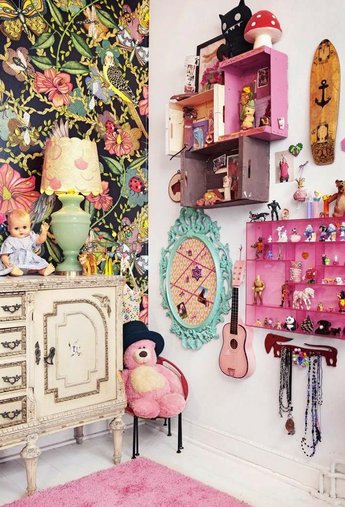 habitaciones juveniles, alfombra rosa con parquet blanco, vinilo de muchos colores con pájaros y ramas