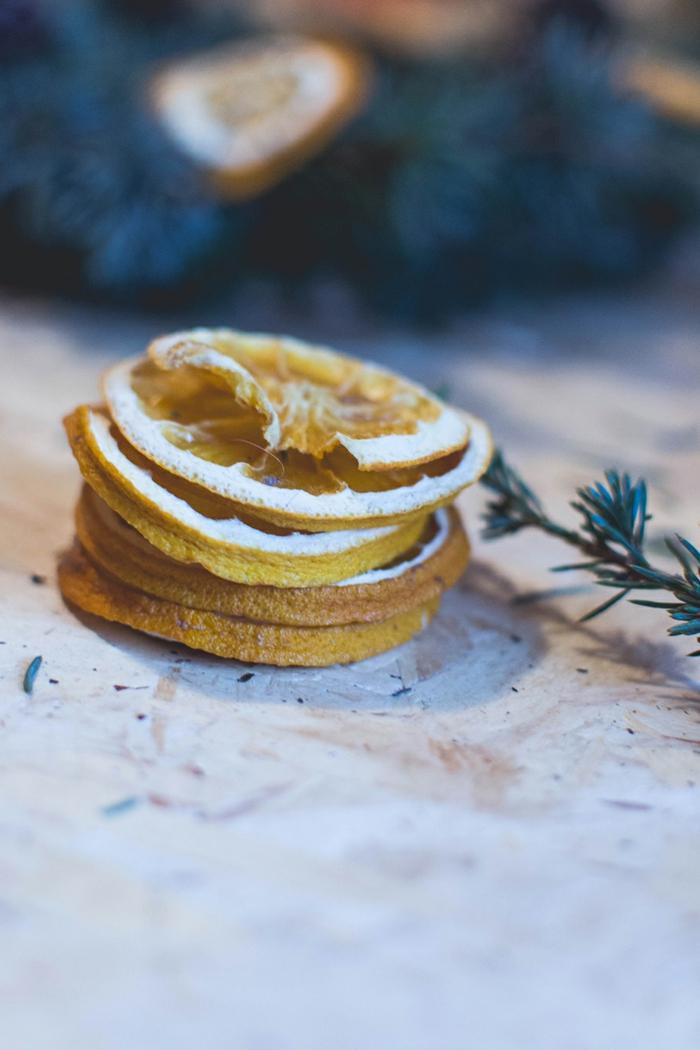 pasos para hacer una guirnalda de navidad DIY con piñas decoradas, adornos navideños fáciles de hacer