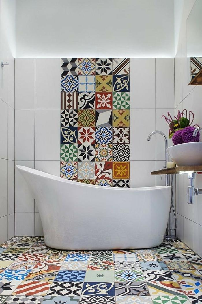 suelos porcelanicos precios, bañera blanca, azulejos de colores con motivos etnicos combinados con azulejos