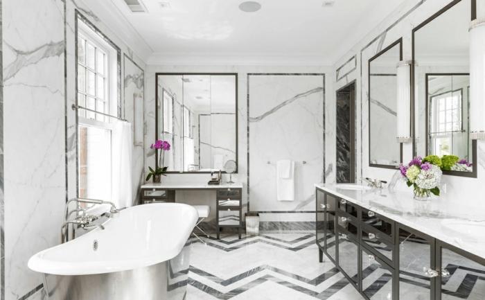 precioso ejemplo de decoración baño gris y blanco, estilo clásico, suelo con baldosas de diseño y grandes espejos
