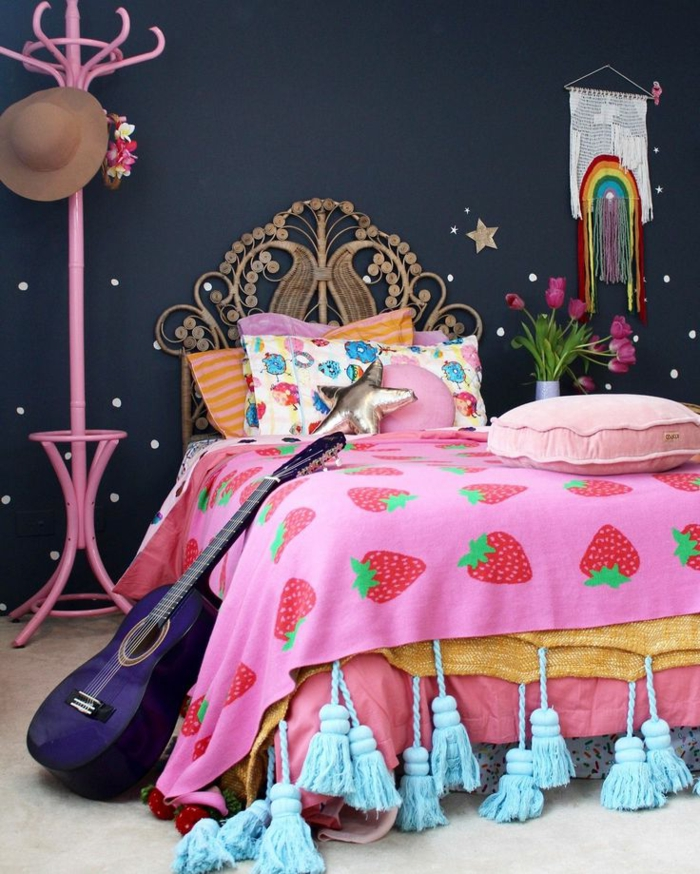 camas nido juveiles, mantas de diferentes colores, con fresas en ellas, percha rosa con gorra colgada