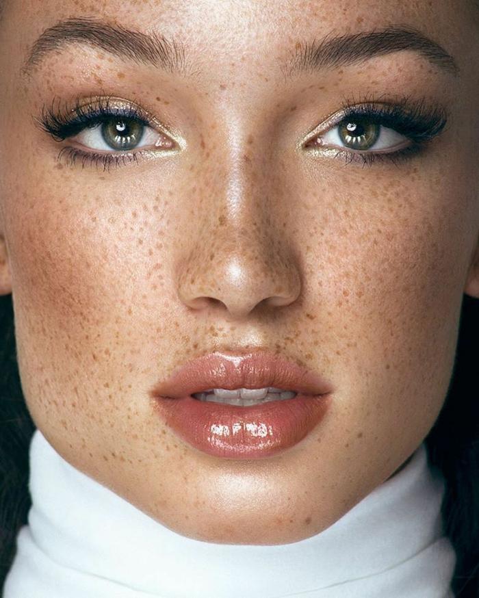 maquillaje natural con lapiz azul en los ojos y labios en tono nude, ideas sobre como pintarse los labios