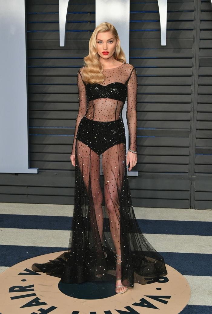 recogidos con onda, modelo con vestido negro con transparencias, melena larga rubia y labial rojo