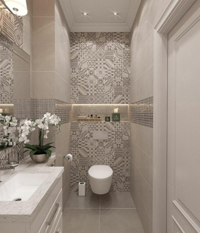 suelos ceramicos, suelo de color gris suave, baño con detalles de colores beige con motivos étnicos