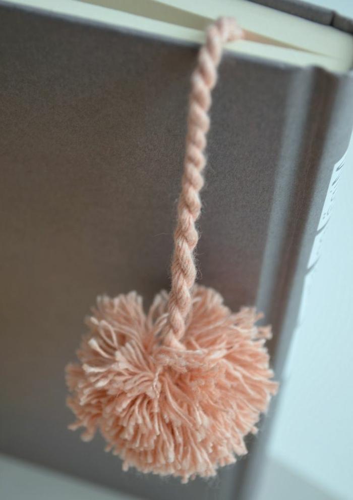 pompones de lana caseros para separar libros, marcarpaginas personalizados paso a paso
