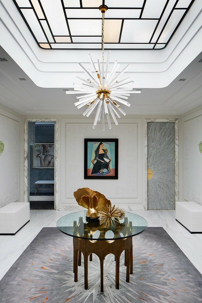 precioso recibidor decorado en estilo contemporáno, objetos vintage, decoración con pinturas, alfombra en gris