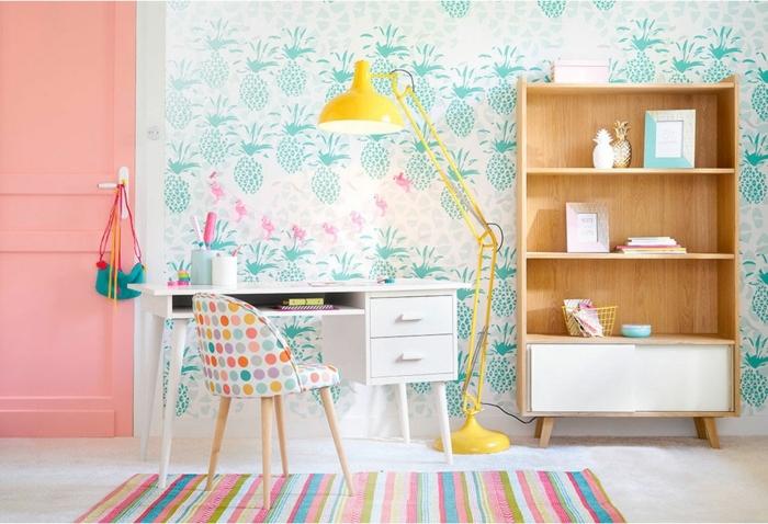 habitaciones para niñas, alfombra de rayas de diferentes colores, silla blanca con lunares de colores