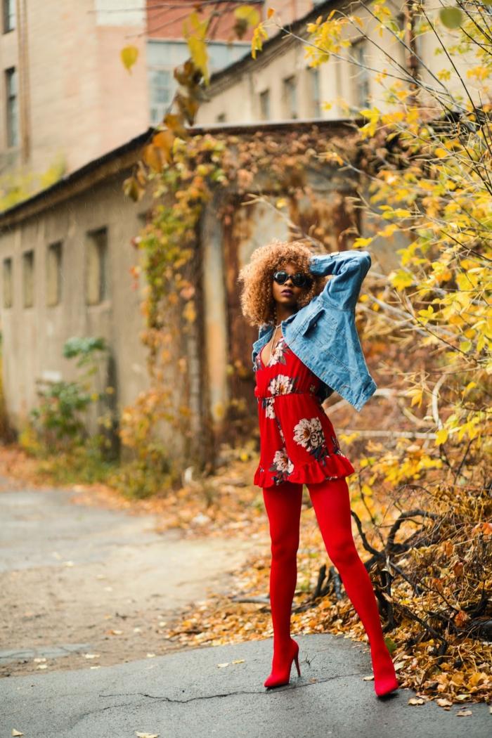 imagenes otoñales, mujer con pantis rojos y con vestido rojo de flores con chaqueta de jeans y gafas de sol