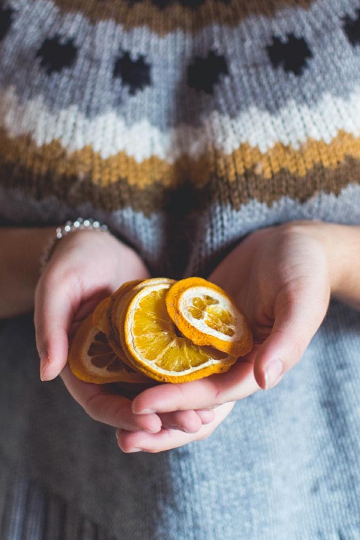 piñas decoradas para hacer decoración navideña, naranjas secas para adornar una guirnalda