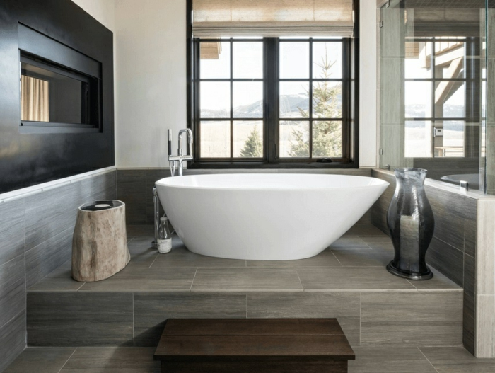 decoración de encanto, baño gris y blanco moderno, bañera de diseño exenta, baldosas en gris