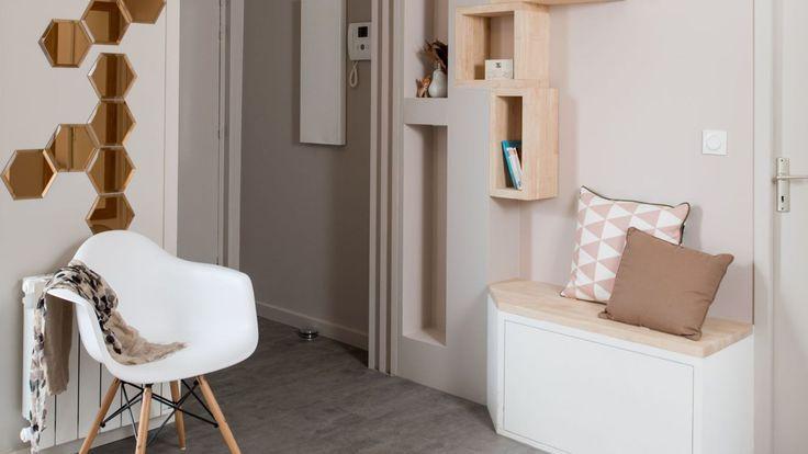 ideas de decoración de recibidores en tonos pastel, espejo moderno en la pared, paredes en rosado