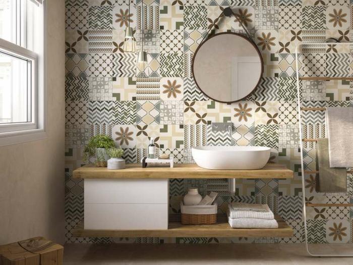 ceramicas para baños, baldosas de diferenes motivos étnicos y de colores pastel, espejo redondo colgado