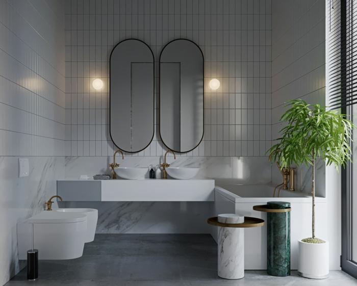 baño gris y blanco moderno con dos espejos alargados de diseño, azulejos en blanco y gris