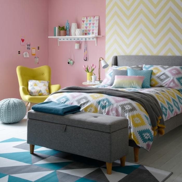 habitaciones juveniles niña, cama con cabecera alta en gris, sabanas de colores con figuras geométricas