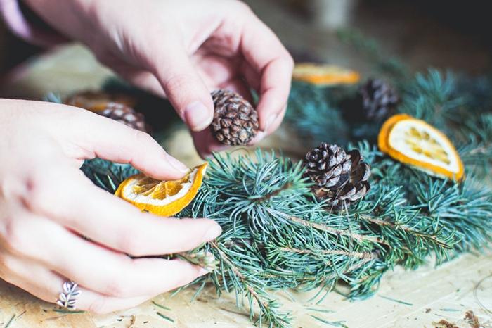 ideas de manualidades con piñas decoradas, guirnalda DIY con frutas secas paso a paso