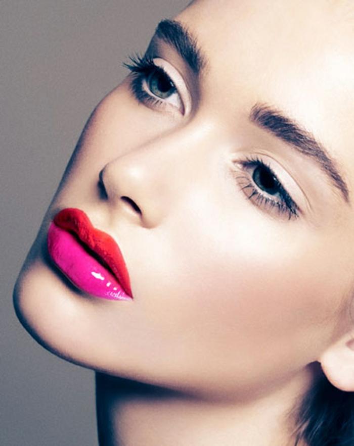 maquillaje con labios rojos y color fuscia, labial con mucho gloss textura brillante, ojos maquillaje natural