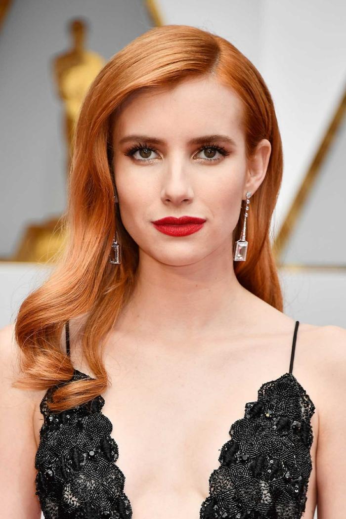 peinados con ondas, modelo con melena larga de color cobre con labial rojo y pendientes largos