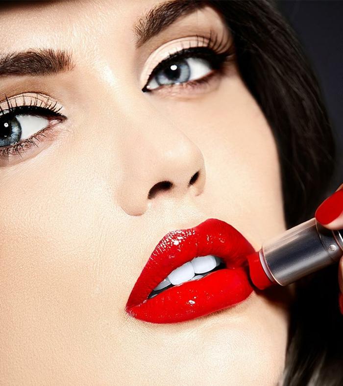 maquillaje con labios rojos clásico, labios impecable en color rojo fuego textura brillante