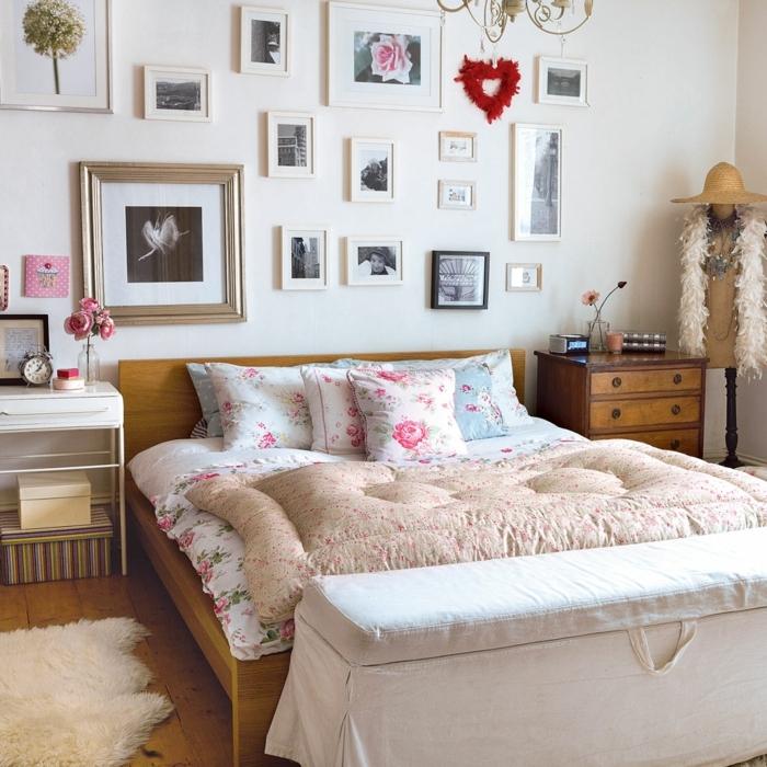 decoracion salon pequeño, cama de madera con sábanas de motivos florales con rosas en blanco y azul