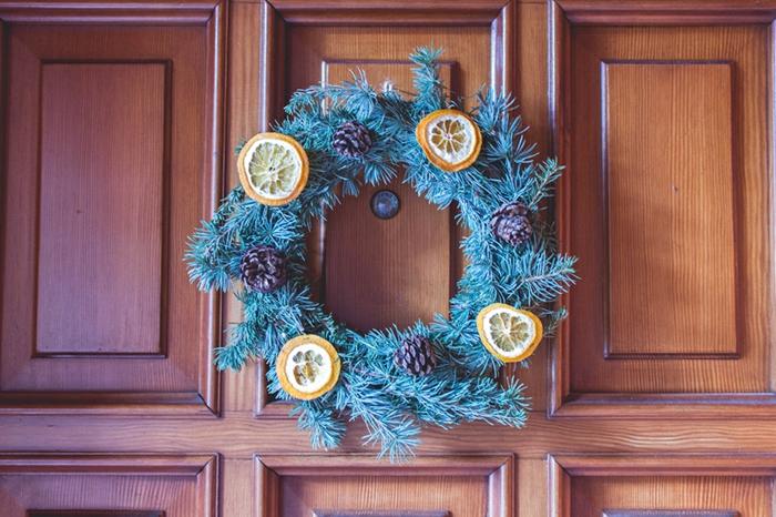 preciosa guirnalda de navidad, ideas de manualidades fáciles y rápidas con piñas decoradas