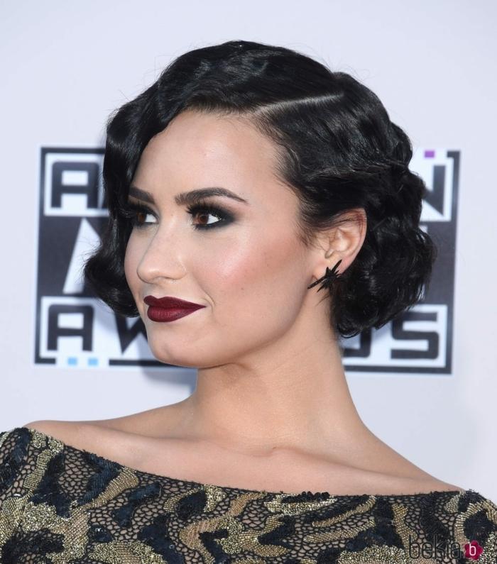 peinado ondas al agua, Demi Lovato con peinado bob chop con el pelo negro y labial rojo oscuro