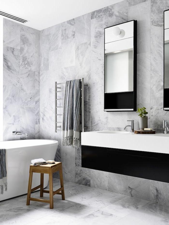 ideas de baño gris y blanco moderno, decoración de encanto, azulejos en blanco y gris y espejos modernos