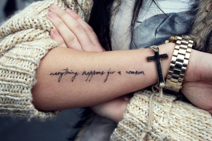 tatuajes en el antebrazo con significado filosofico, letras en ingles tatuados en el antebrazo
