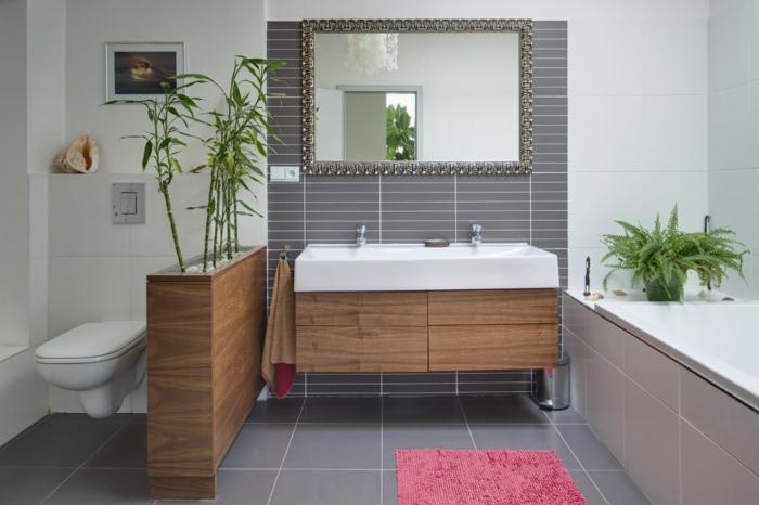 baño gris y blanco en estilo ecléctico, muebles modernos, espejo vintage y decoración de plantas verdes