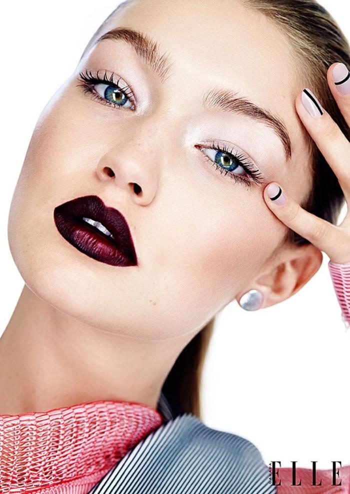 propuestas en tendencias sobre como pintarse los labios, labios semi mate en color bordeos oscuro