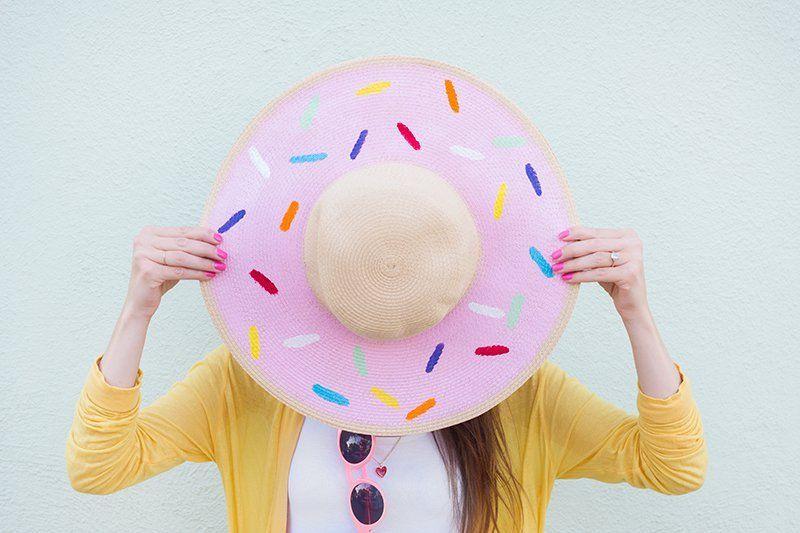 manualidades caseras de encanto, sombrero de verano decorado como una rosquilla en rosado