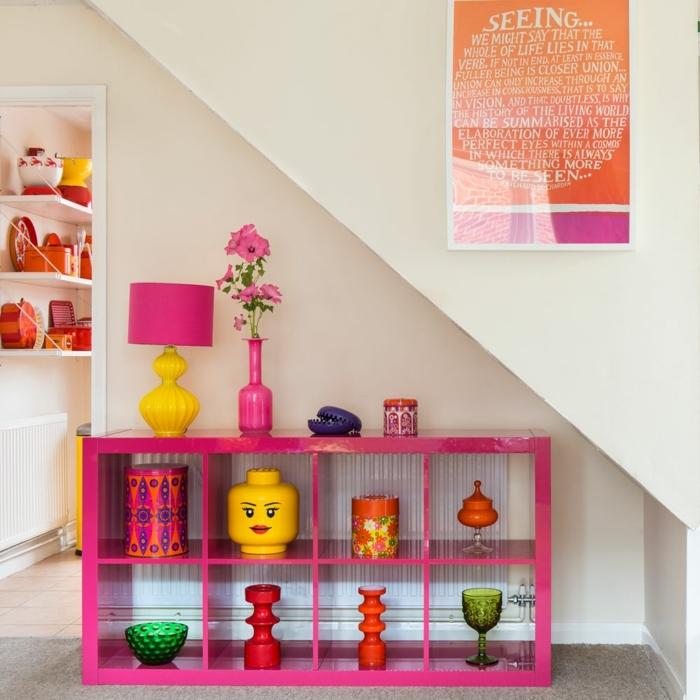 compactos juveniles, estanteria rosa con jarrones en cada caja de diferentes colores, cuadro en la pared