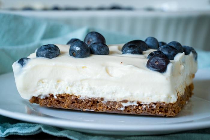 tarta de queso fria facil y rapida adornada de arándanos, recetas fáciles y rápidos de postres