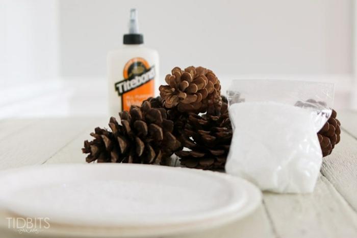 pasos para hacer manualidades con piñas, piñas con decoración de pegamento y azúcar