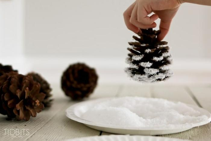 como hacer manualidades con piñas, tutoriales con imágines, piñas nevadas precioso adorno para el árbol de navidad