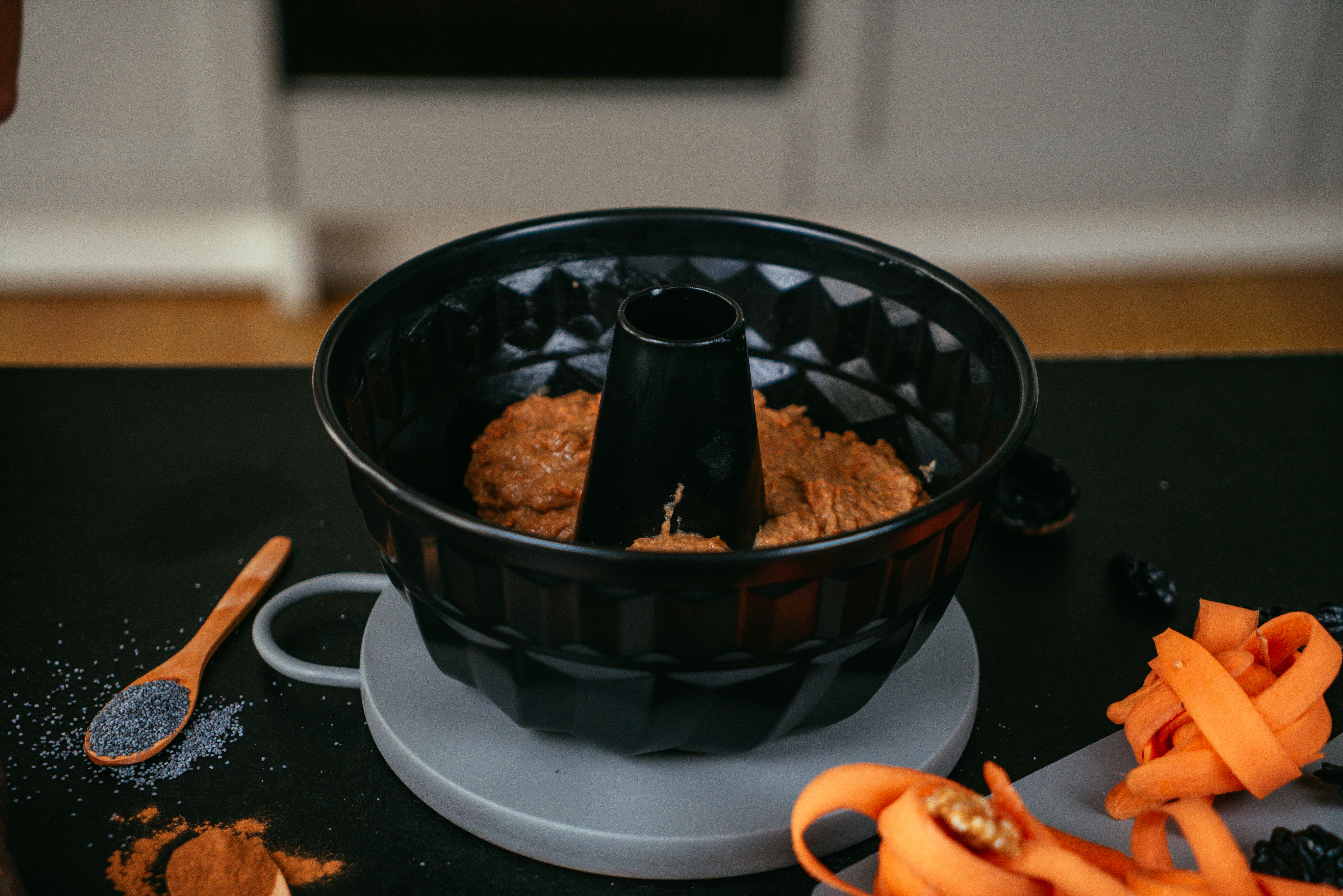 bizcocho con zanahorias adornado de glaseado real y semillas de chia, ideas de recetas caseras originales y saludables