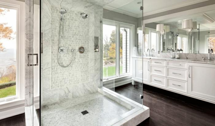 grande baño decorado en blanco y gris con cabina de ducha moderna, baños grises de diseño