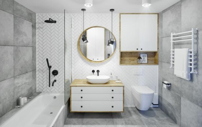 baños grises modernos decorados en estilo contemporáneo, espejo moderno con forma oval, baldosas grises