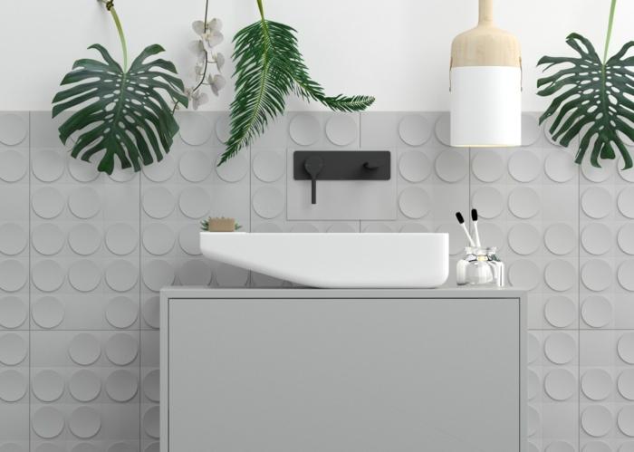 baños modernos en estilo minimalista con toque bohemio, azulejos grises de diseño, decoración plantas verdes