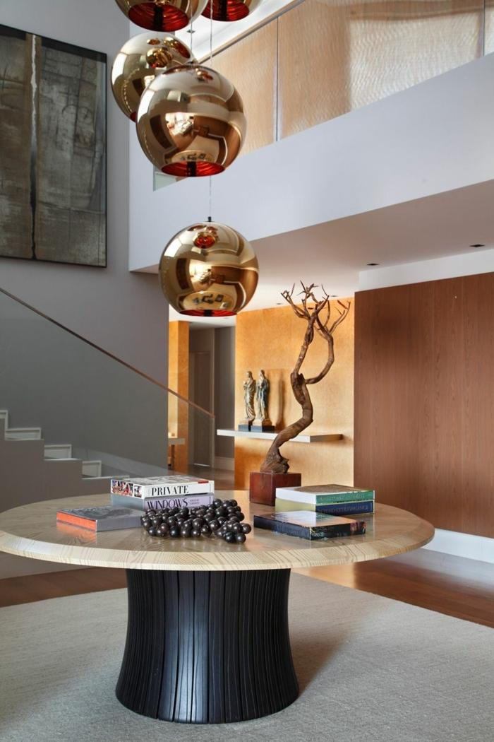 creativas ideas sobre decoración de recibidores pequeños, mesa baja redonda de madera, lámparas en dorado