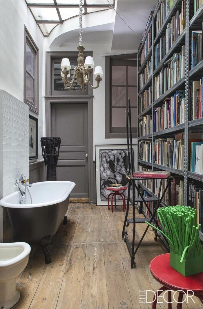 baños grises super originales, pequeño baño en el ático, bañera exenta patas garra, biblioteca pequeña