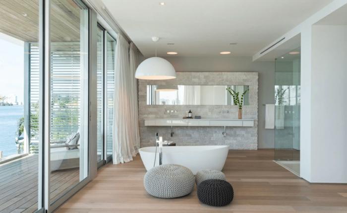 baños grises grandes decorados de encanto, baño con suelo de parquet y grande bañera exenta