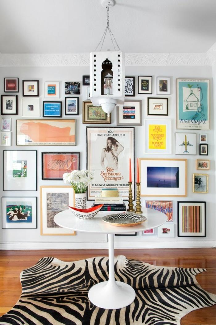 recibidor moderno decorado con muchos cuadros decorativos, suelo de parquet y alfombra vaca, idea mueble recibidor