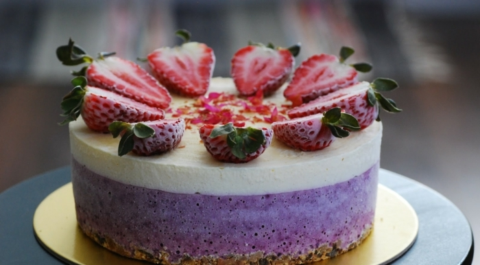 preciosas ideas de tartas frías congeladas, tarta de queso con cuajada, fresas congeladas para adornar