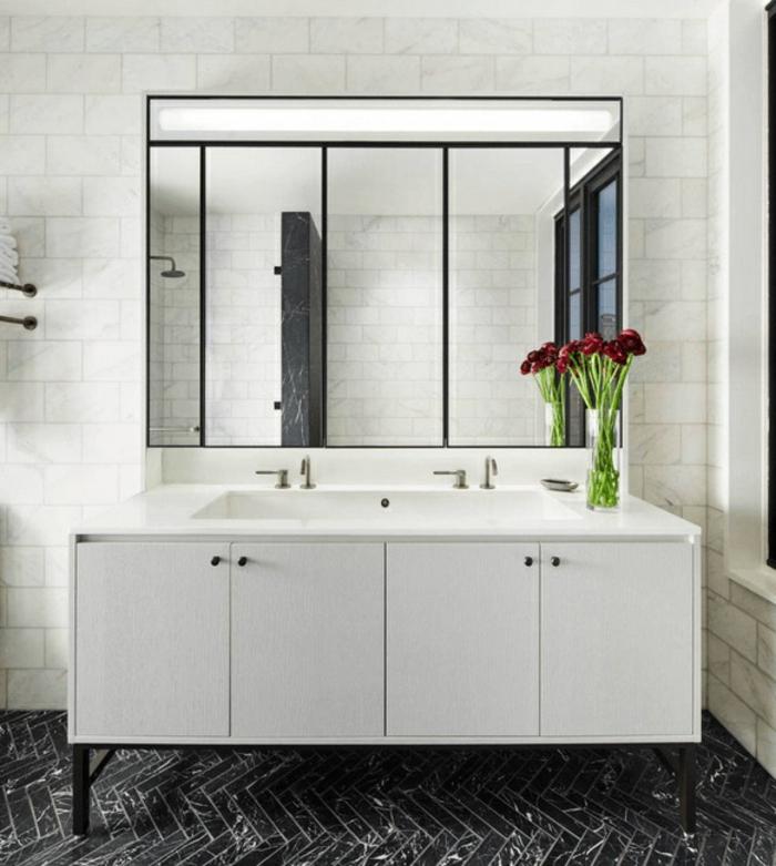 baños grises decorados de encanto, suelo de azulejos en gris oscuro, paredes en blanco grande espejo