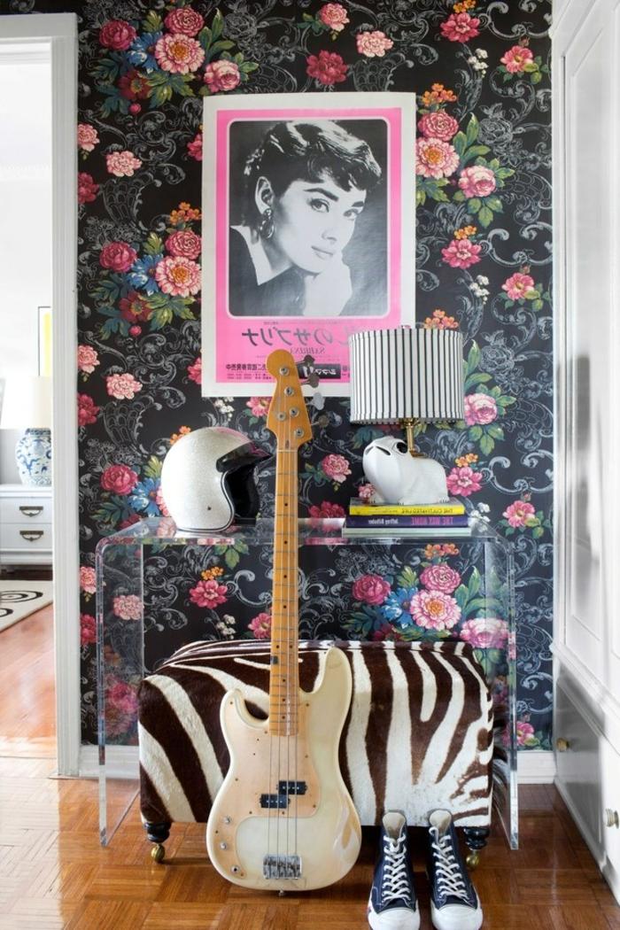 decoración en estilo vintage mueble recibidor, paredes con papel pintado motivos florales