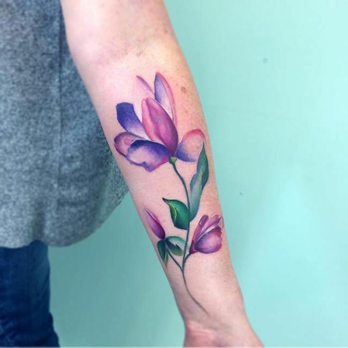 ejemplos de preciosos tatuajes brazo mujer con grandes flores, bonito diseño en lila y rosado