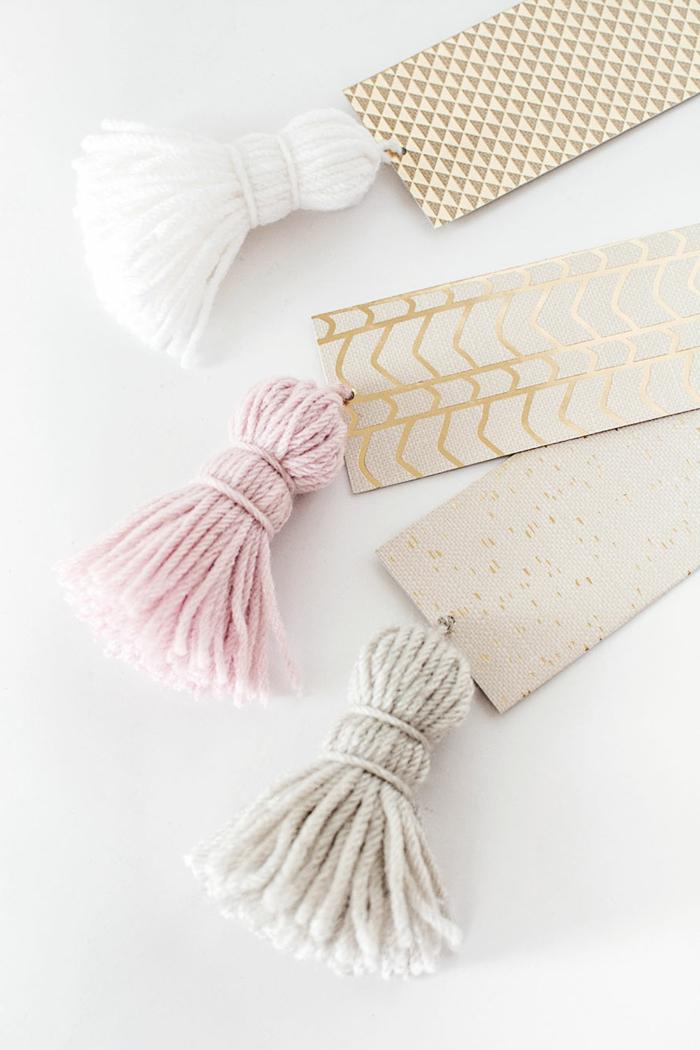 marcarpaginas personalizados hechos a mano con lazos de hilo en tonos pastel, manualidades para regalar