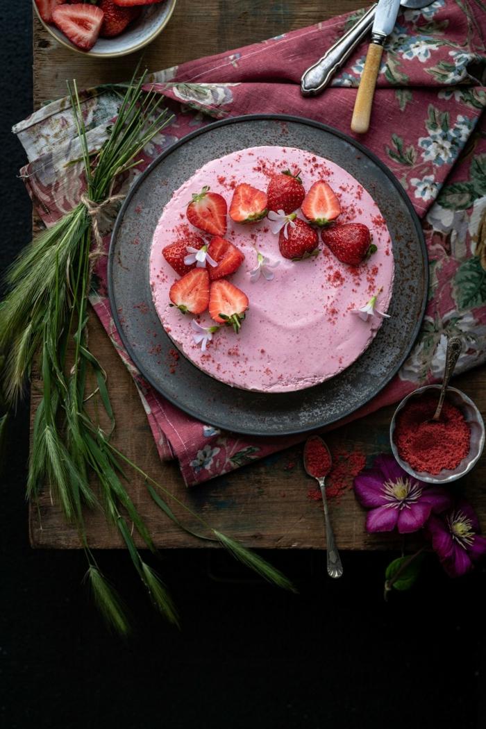 tarta de queso fria facil y rapida con fresas, imágines y recetas de tartas decoradas con encanto