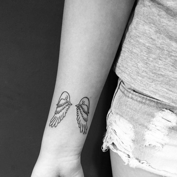 tatuajes pequeños hombre y mujer, alitos de ángel tatuados en la parte interior del antebrazo